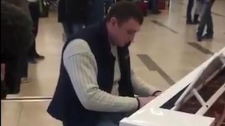 «Местная звёздочка»: таксист учится играть на пианино и оттачивает навыки в аэропорту Красноярска