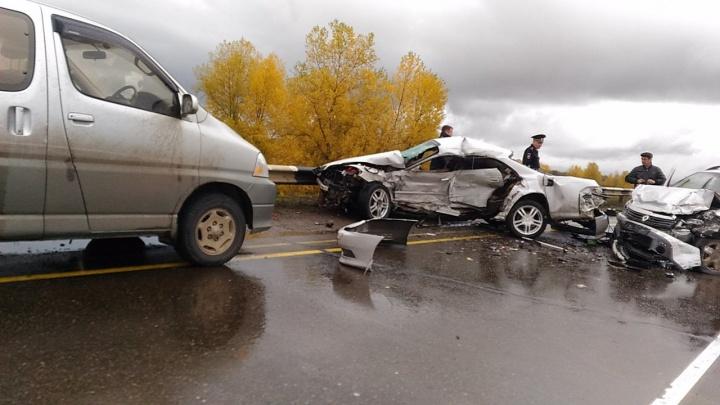 «Тойота» сложилась пополам при жестком ДТП у Кубеково