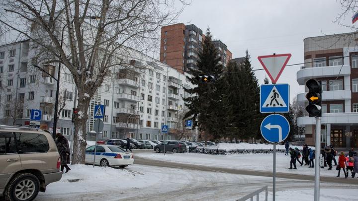 Жильцы старинного дома в центре Новосибирска нашли трещины на стенах после сноса соседнего здания