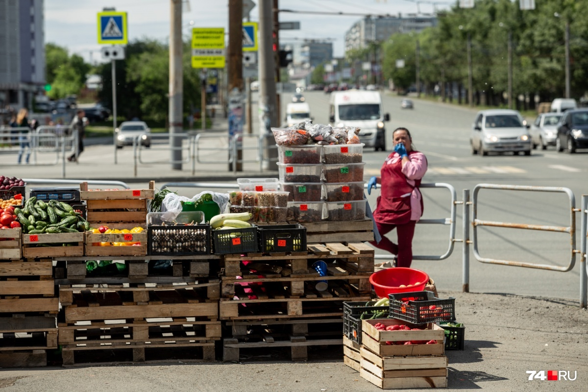 Торговцы занимают центральные улицы города и бесстрашно сбывают товар весь сезон