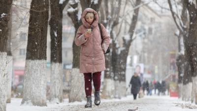 Росгидрометцентр объявил о сильных осадках в Волгоградской области: смотрим кадры снежного города