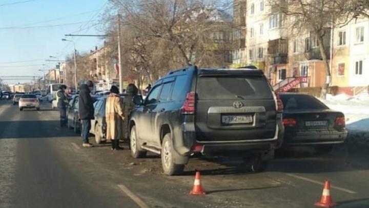 При столкновении четырех машинв Нефтяниках пострадали двое детей и женщина
