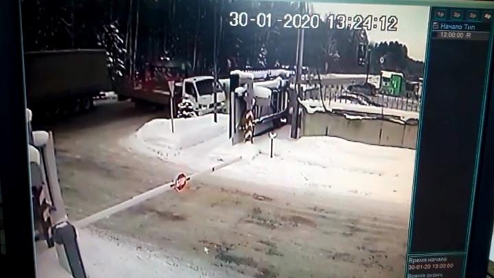 Под Екатеринбургом грузовик пошел в занос, уворачиваясь от фуры: видео зрелищного ДТП