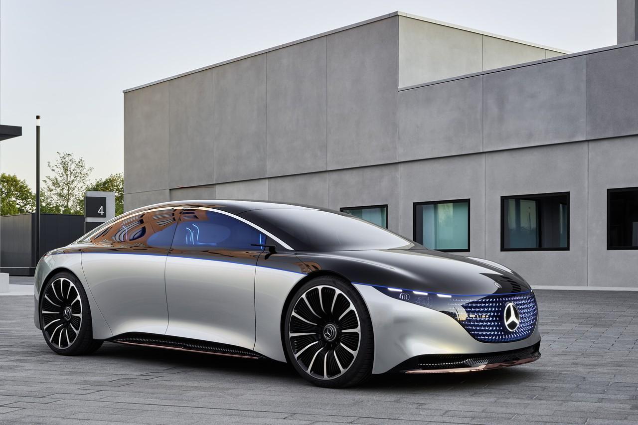 Mercedes Vision EQS — флагманский электромобиль марки, по размерам и характеристикам сопоставимый с S-классом. Мощность двигателя 476 л.с., пробег на зарядке — до 700 км