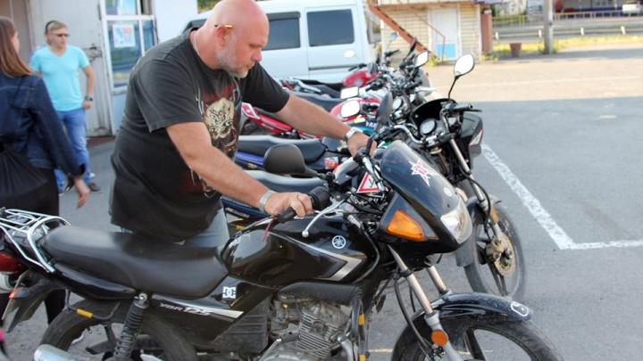 «Подпускать к мотоциклам надо после 40 лет»: тюменец — о том, почему разбиваются гонщики