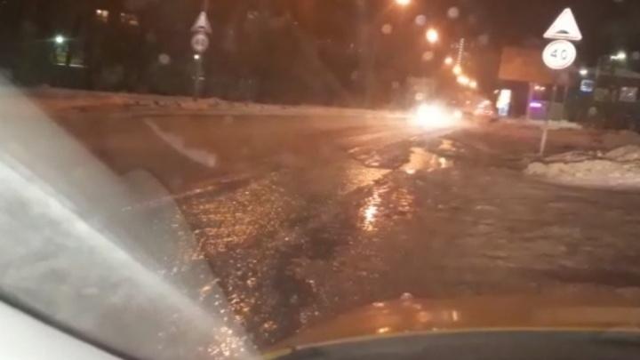 """""""На дороге каша, машины заносит"""": на Патриса Лумумбы разлилась коммунальная река"""
