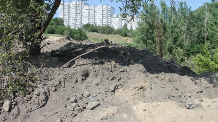 «Администрация бездействовала»: в Волгограде застройщик Тракторного завода свозит мусор в пойму реки