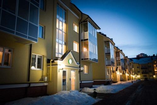 В Екатеринбурге управляющую компанию оштрафовали за глыбу снега, которая упала с крыши на бабушку