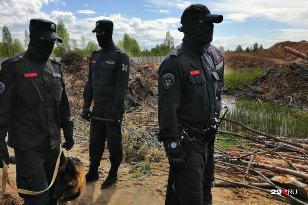 Полицейские с ОМОНом и собаками несколько раз в неделю навещают лагерь активистов