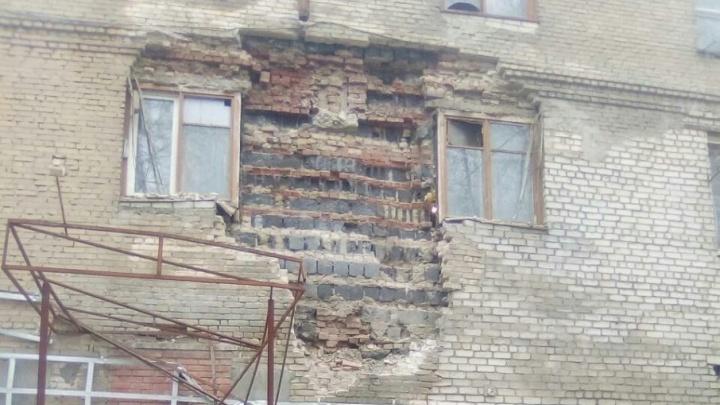 «Нас и не думают расселять»: в челябинской трёхэтажке обвалилась стена