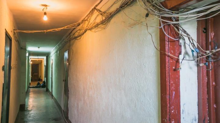 В подъезде на Крупской мужчина упал на лестнице и скончался на месте