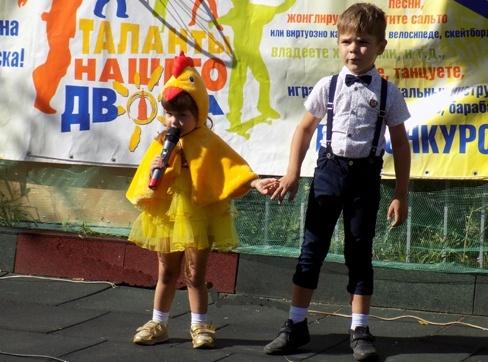 Малышка в смешном костюме выступила на конкурсе талантов и вызвала бурю восторгов