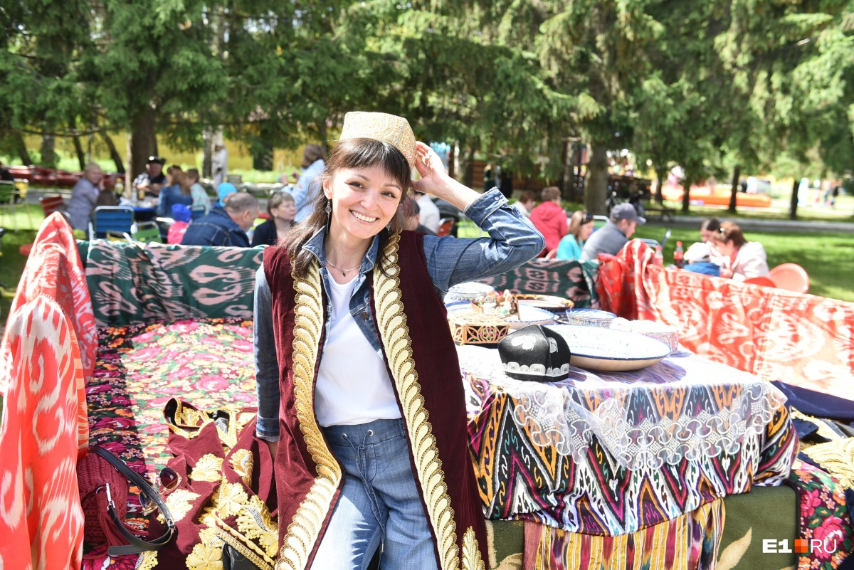 На мэра надели тюбетейку: уральцы отпраздновали Сабантуй с битвами на подушках и покорением столба