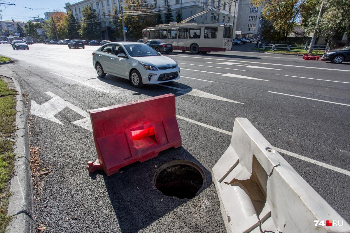 А где-то люди и автомобилисты рисковали провалиться в колодец, люк с которого утащило жульё