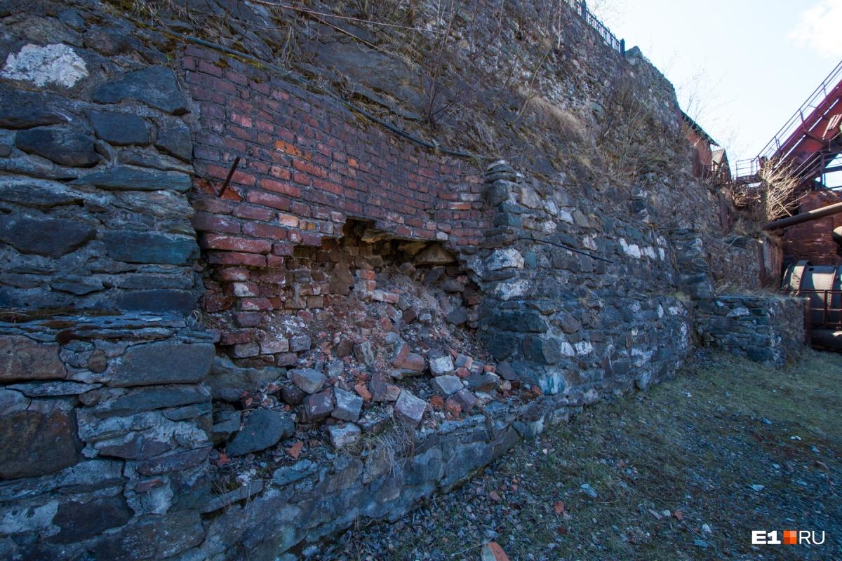 Длина плотины — 220 метров, ширина у основания — 45 метров. За этой могучей стеной — пруд, перед ней раньше стояли водяные колеса