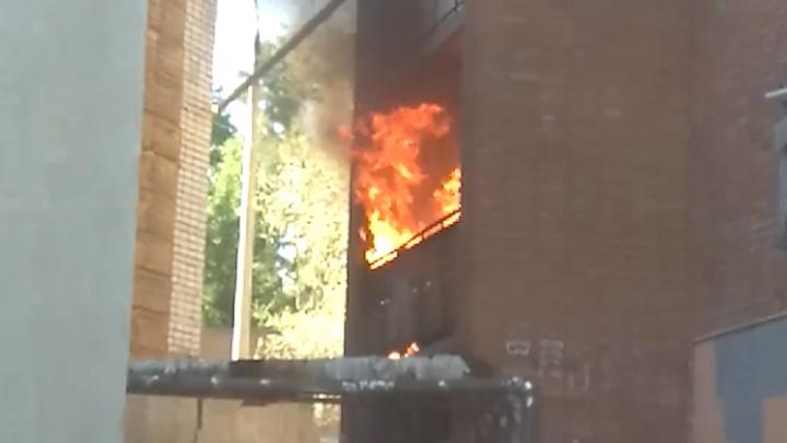 Пламя захватило два балкона: пожар напротив роддома на Дыбенко в Самаре