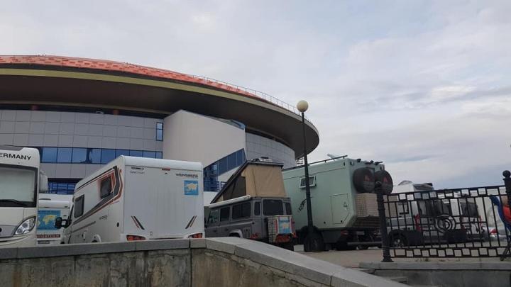 В Екатеринбурге у ДИВСа остановились 20 автодомов с путешественниками из Германии и Франции