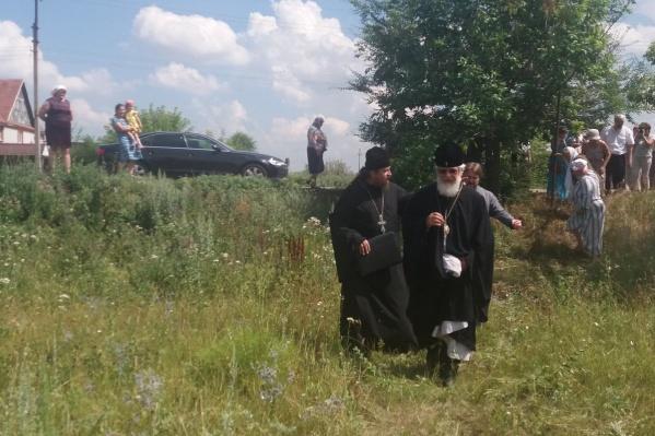 Владыка Сергий лично приехал осмотреть место стройки