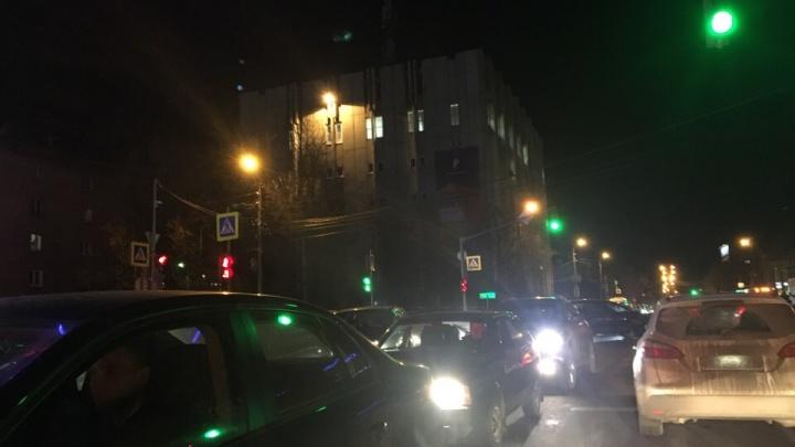 Людей обуяла жажда скидок: в Ярославле машины встали в пробки вокруг торгового центра