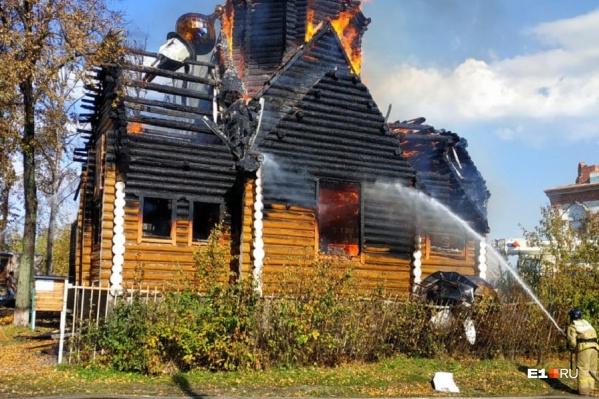Огонь очень быстро охватил церковь