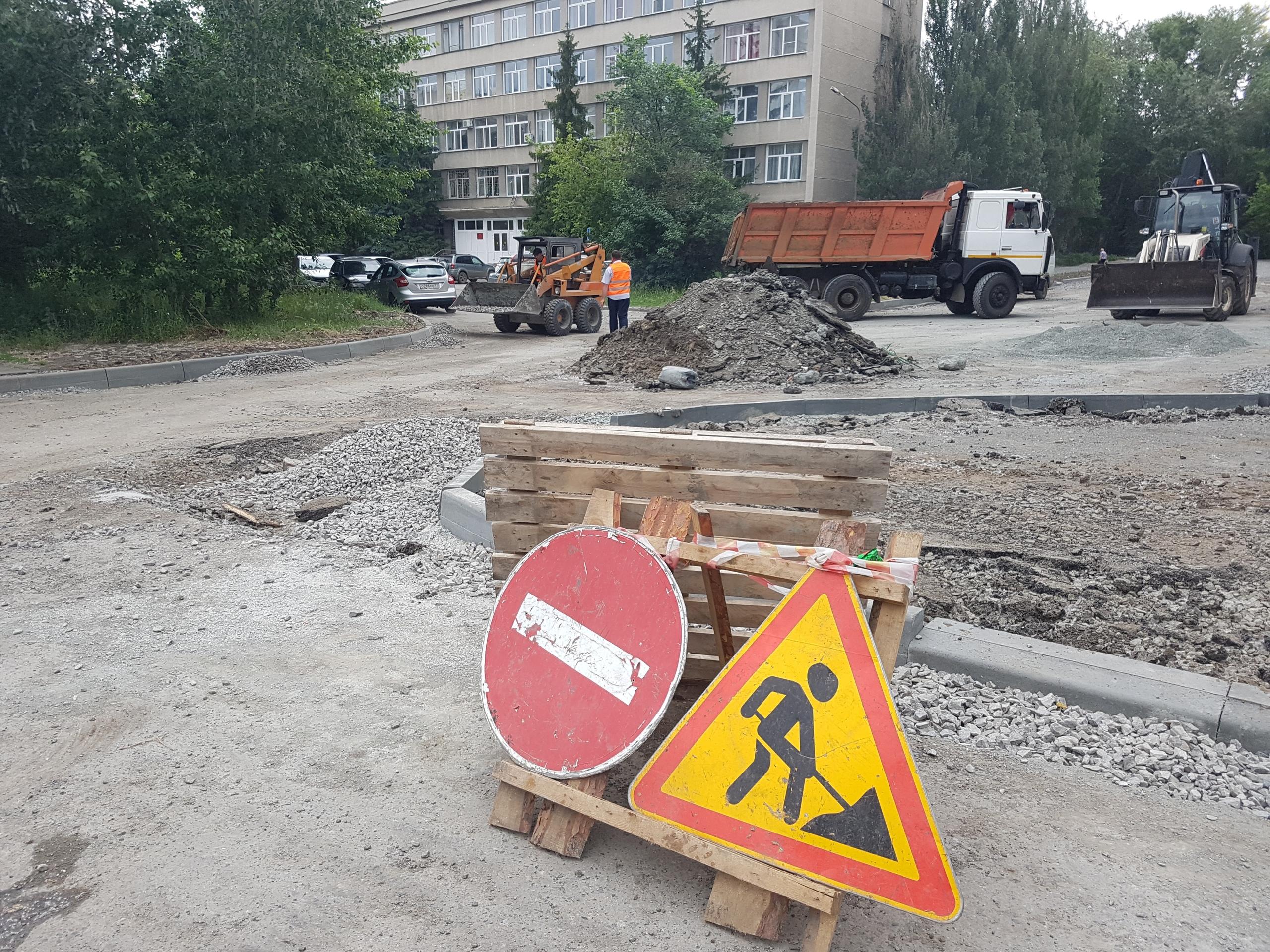 Во двор подрядная организация не заходит и ремонтирует только подъезд к музучилищу
