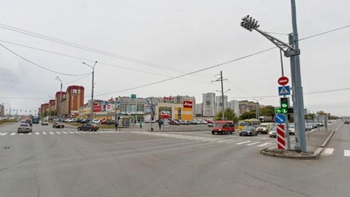 В аварии на перекрестке улиц Широтной и Пермякова с участием маршрутки пострадали трое