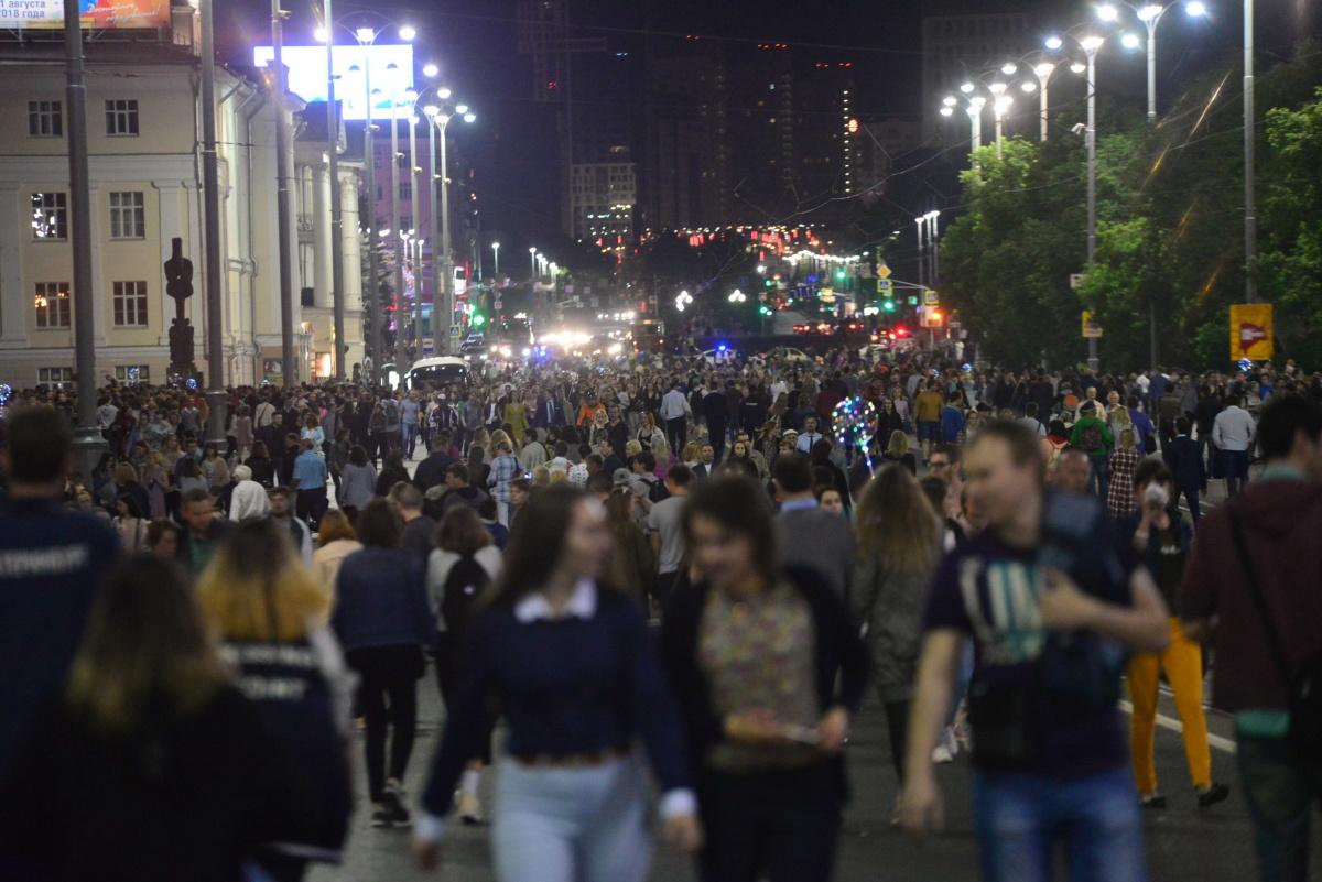 На фестиваль Ural Music Night вышло столько людей, что полиции  пришлось перекрывать проспект Ленина  — как в День города. Это был настоящий стихийный праздник