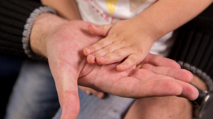«Она чуть ребёнка не утопила»: новосибирец рассказал, почему сбежал от жены и приставов с сыном