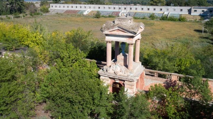 Ни себе, ни людям: в Волгограде брошенный Министерством обороны «Монолит» превратился в руины