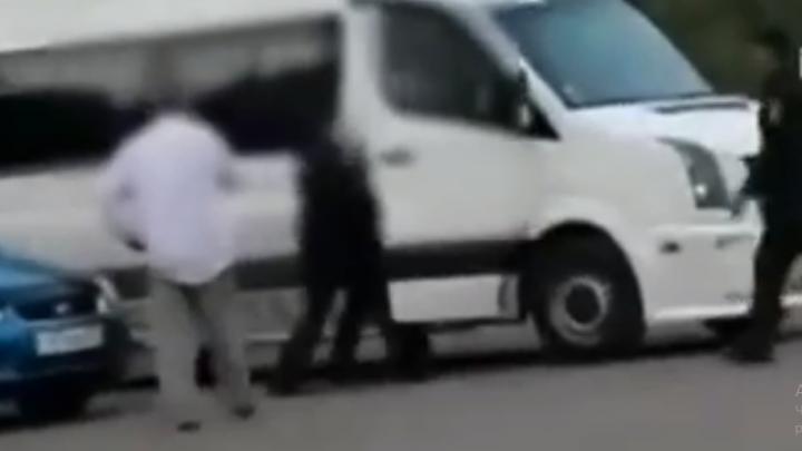 В Уфе таксист открыл стрельбу на парковке жилого дома, момент попал на видео