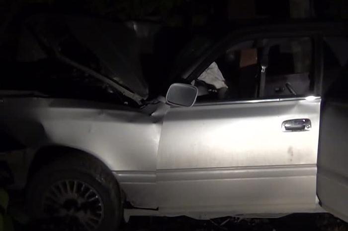 «Тойота» врезалась в опору ЛЭП в ночь на 1 июня — трое человек погибли. Скриншот видео группы пропаганды управления ГИБДД по Новосибирску