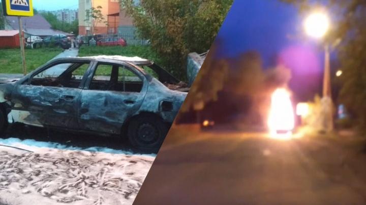 В Ярославле пламя охватило припаркованную легковушку: фото и видео