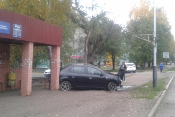 Машина едва не сбила стоявших на остановке школьников