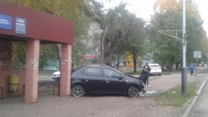В Башкирии машина на высокой скорости врезалась в остановку