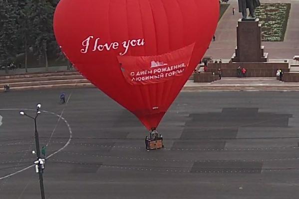 Воздушный шар сразу привлёк внимание горожан