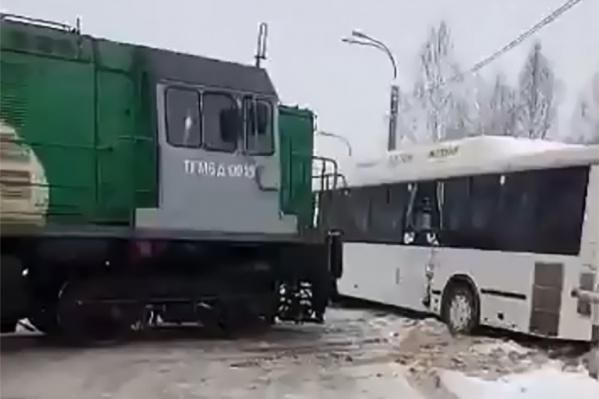 Тепловоз ударил автобус в бок