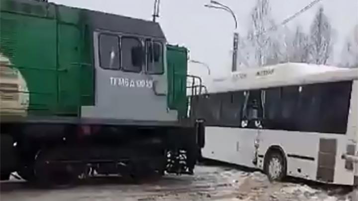 В Перми на железнодорожном переезде столкнулись автобус и локомотив