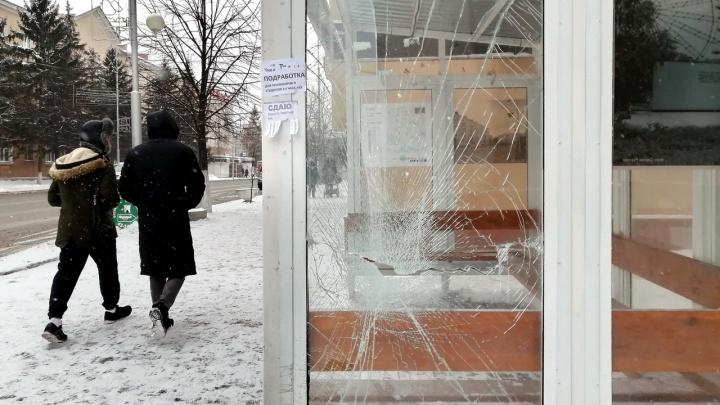 В Кургане неизвестные разбили стекло на остановке в центре города