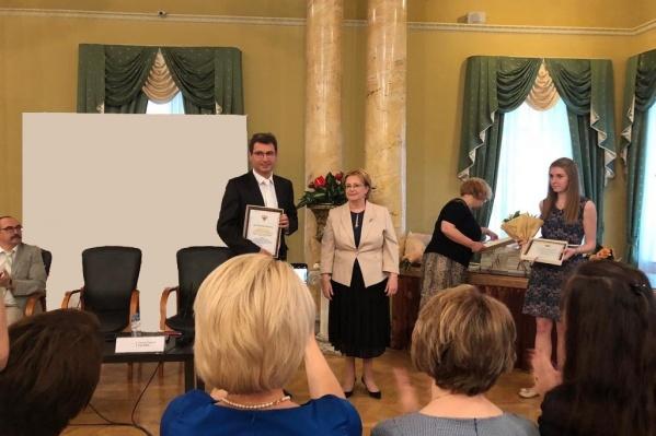 Армен Бенян получил награду из рук министра