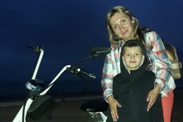Семилетний Дима Назаров был сильно напуган, оставшись в больнице без мамы. На фото — Анастасия и Дмитрий Назаровы