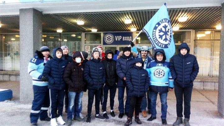 Болельщики «Сибири» сводили на хоккейный матч воспитанников детдома