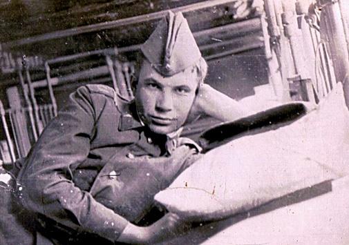 Будущий ректор НГУ Михаил Федорук служил в Монголии и командовал танком