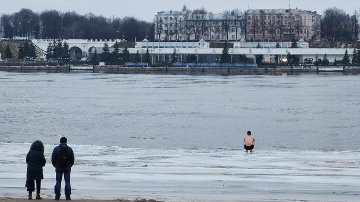 «Разделся, вышел, передумал»: ярославец вышел на льдину, чтобы окунуться на Крещение в Волге