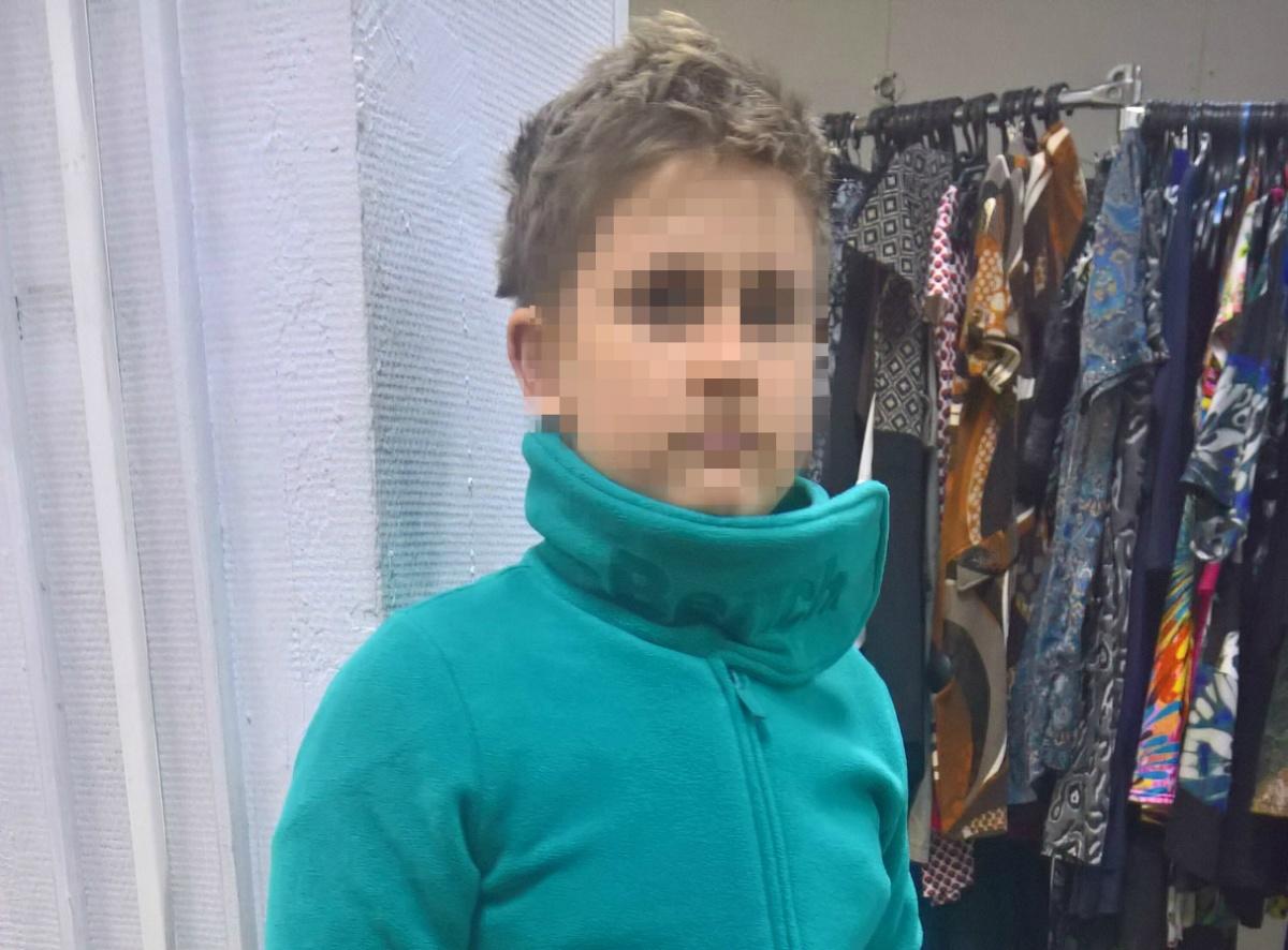 На вид школьнику 14–15 лет, он был в тёмно-синей куртке и с тёмно-синим рюкзаком