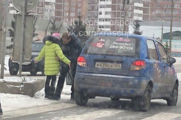 Водитель не заметил девочку, разговаривая по телефону