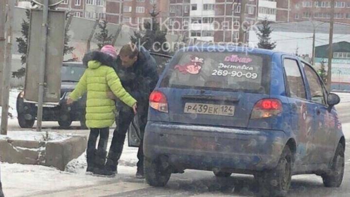 Доставщик шаурмы сбил девочку на Алексеева, ощупал ее и уехал с места ДТП