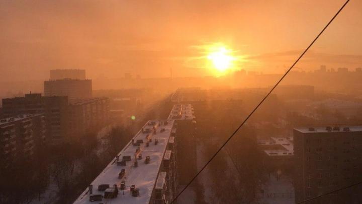 Большой пожар на Сортировке тушат с помощью пожарного поезда