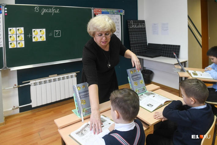 Программа у первоклашек соответствует современным ФГОС, дети сдают аттестацию в обычных школах