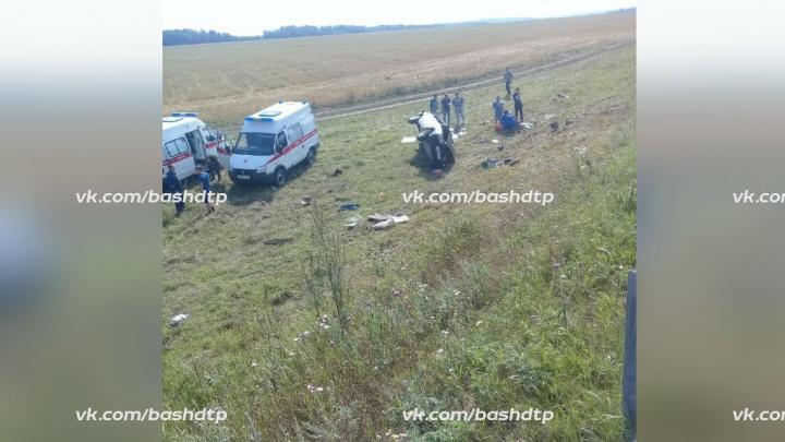 На трассе в Башкирии серьезное ДТП: один из автомобилей прокатился по кювету несколько сотен метров