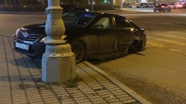 У Toyota Camry после столкновения на кольце возле Центральной гостиницы с корнем вырвало колесо